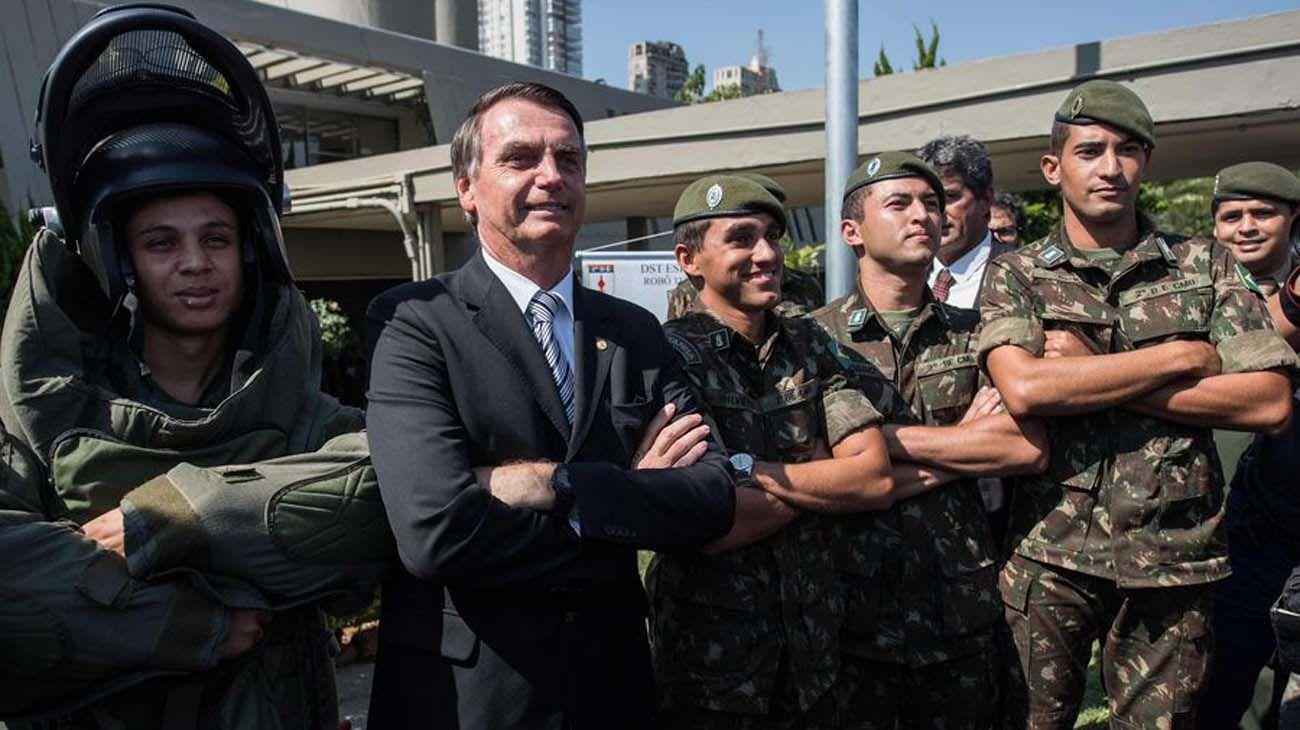 El presidente Jair Bolsonaro y los militares
