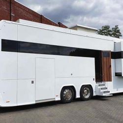 La transformación de este camión a motorhome empezó detrás de la cabina, donde se instaló un habitáculo fabricado en aluminio y a medida.