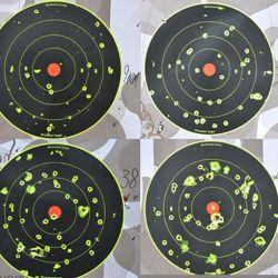 Los blancos en los que a dos metros se les disparó con cartuchos 9 mm, .38 Special (en 2 y 6 pulgadas) y .44 Special.