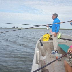 El partido de San Cayetano habilitó la pesca en las lagunas y los pejerreyes no fallaron.