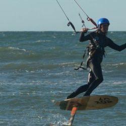 El kitefoil es la novedade en la costa: permite deslizarse sobre las olas en lugar de apostar a la velocidad, porque a la tabla se le suma un mástil y una especie de aleta de tiburón para pasear durante largas horas sobre el agua.