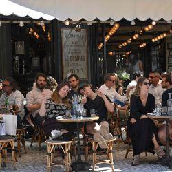 Personas comen y toman bebidas en la terraza del café restaurante Le Compat en París, mientras los cafés y restaurantes reabran en Francia, mientras el país alivia las medidas de bloqueo tomadas para frenar la propagación del COVID-19 (el nuevo coronavirus).   Foto:BERTRAND GUAY / AFP