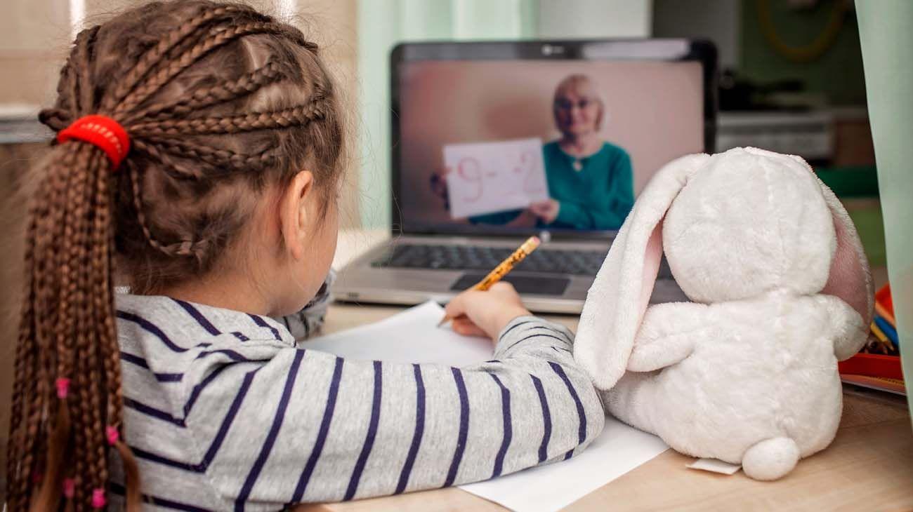 Niños estudiando frente a la computadora-20200602
