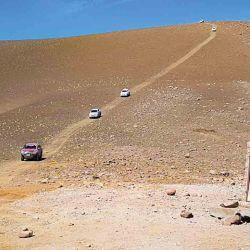 La caravana baja del mirador del Paso Pichachén con rumbo a Chile.