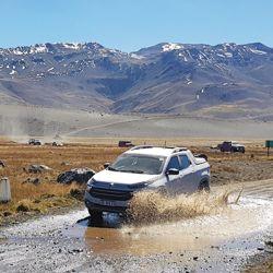 La caravana avanza por el recorrido del plazo de El Planchón regresando a la Argentina.