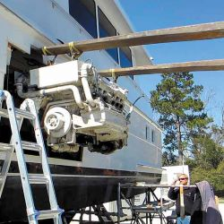 El cambio del motor propulsor en una embarcación es algo complejo, ya que se modifican algunos sistemas y se deberá tener en cuenta la potencia nueva a instalar.