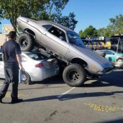 Este Dodge Challenger realmente se luce cuando desafía senderos que se salen de la ruta.