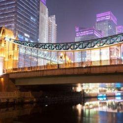 El puente de la pujante ciudad de Wuhan, iluminado como corresponde a toda gran urbe.