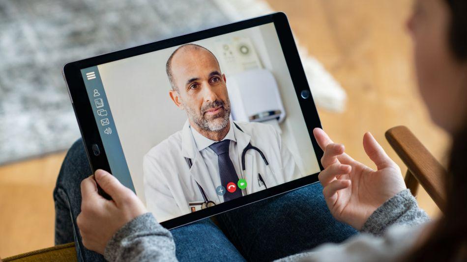 médico en una videollamada 20200603