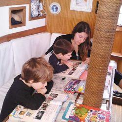 Cuando el clima lo impone, alternamos días de estudio fondeados y de juegos en familia.