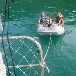 Mientras esperamos condiciones favorables para para navegar, nos divertimos tirando un gomón con los chicos a bordo.