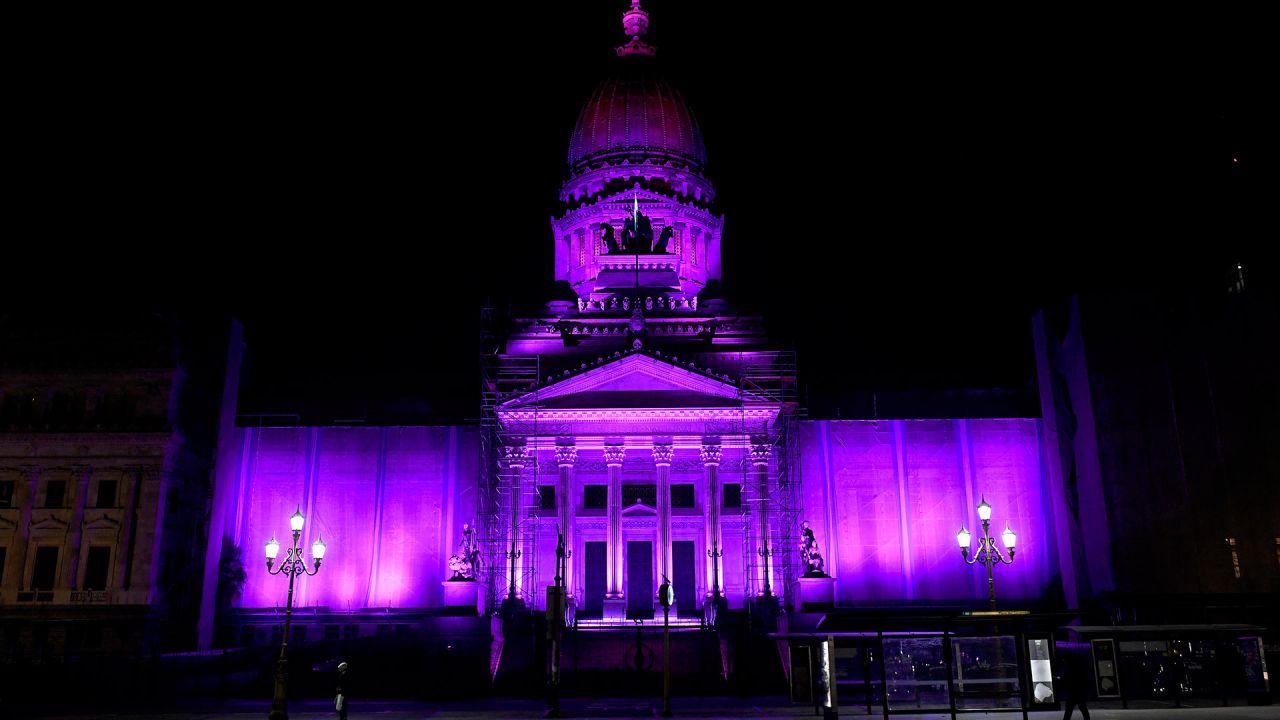 Como cierre del quinto aniversario de #NIUNAMENOS, el Congreso Nacional se ilumina de violeta.   Foto:Télam