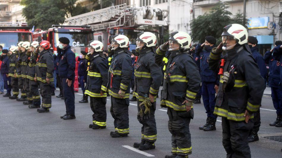 Policías y Bomberos homenajean a los compañeros fallecidos en el incendio de Villa Crespo 20200604