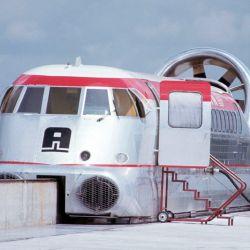 El primer Aerotrain solo podía llevar seis personas y estaba equipado con una hélice en la parte trasera.