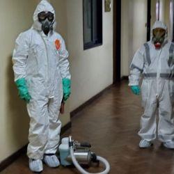 Un grupo de especialistas desinfectando Comodoro Py.   Foto:Cedoc.