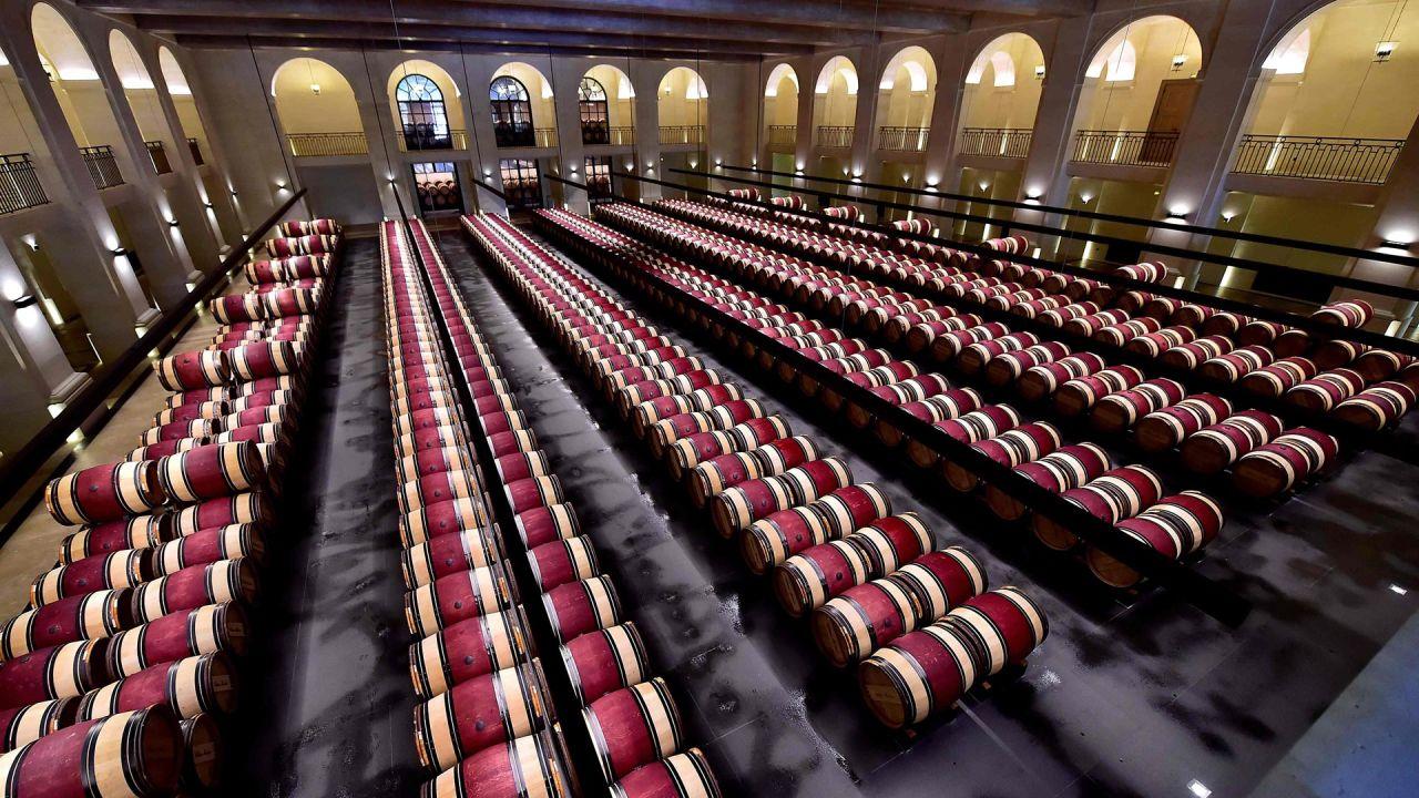 Una imagen tomada en la finca vinícola del castillo Montrose en Saint-Estephe, cerca de Burdeos, muestra barriles de vino durante una degustación de vinos de Burdeos 'primeurs' de acuerdo con las normas sanitarias, mientras Francia alivia las medidas de bloqueo tomadas para frenar la propagación del COVID-19 pandemia, causada por el nuevo coronavirus. | Foto:GEORGES GOBET / AFP