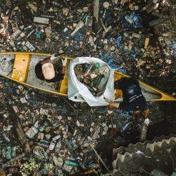 Yago Lange, como director local de a Parley for the Oceans, se dedicó a juntar plástico en aguas argentinas.