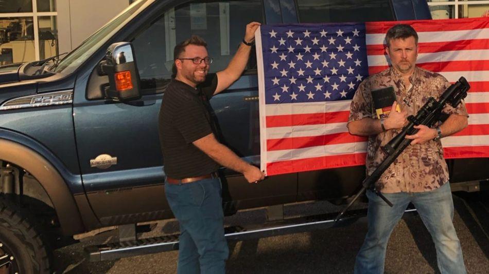 Concesionario Ford regala armas, Biblia y bandera de los Estados Unidos con la compra de un auto