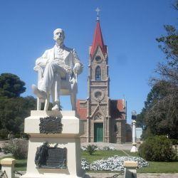 Plaza Ernesto Tornquist, el punto central de la ciudad. Alrededor de ella se encuentran los edificios e instituciones más importantes.
