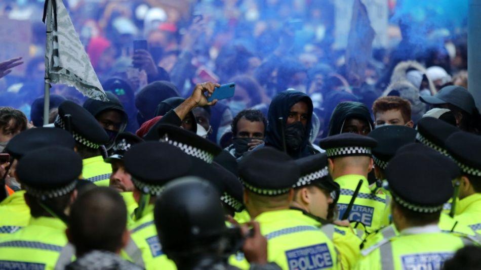 Enfrentamientos con la policía en Londres, durante marchas contra el racismo