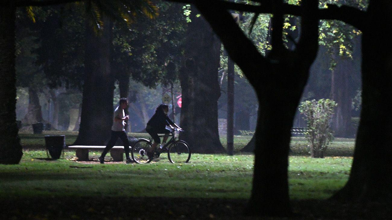 LOS PORTEÑOS SALEN A PLAZAS Y PARQUES A PRACTICAR RUNNING EN CUARENTENA
