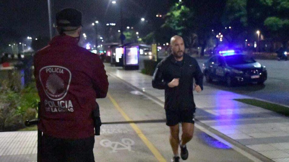 Gente corriendo y policia de la ciudad 20200608