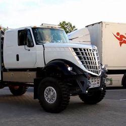 Tiene un motor de 13.0 litros de origen Scania de 1.100 CV, lo que se complementa con una transmisión automática Allison construida en Indiana.