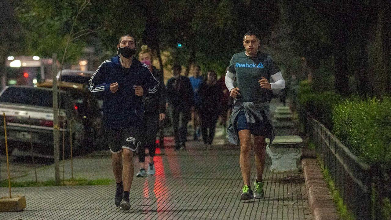 Ya está permitido salir a correr en Buenos Aires; de 20.00 a 08.00 hs, en el parque más cercano al domicilio, sin barbijo, y manteniendo distancia entre corredores | Foto:Juan Ferrari