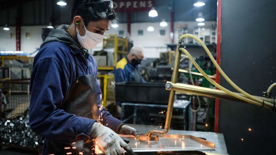 Con las flexibilizaciones, la industria se recupera en las provincias.