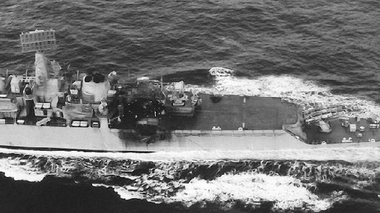 Vista aérea del impacto del Exocet argentino a babor del HMS Glamorgan, en la cubierta de vuelo.