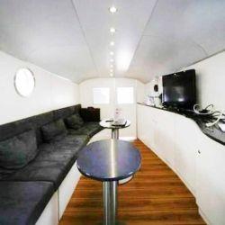 Su interior está conformado por un amplio espacio alargado, equipado con un enorme sillón enfrentado una mesada de similares dimensiones.