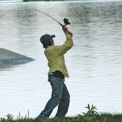 Aprovechando la fuerza de la palanca para un lance con las dos manos en procura de ganar distancia.