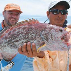 Diego Flores (izquierda) y una buena pesca con jig en Cuba, utilizando  un equipo con reel frontal para trabajar, subiendo y bajando, estos pesados señuelos.