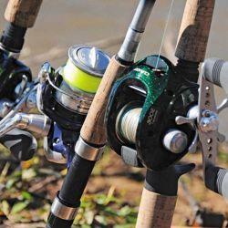 Dos equipos de baitcast (reel rotativo) encierran a uno de spinning (reel frontal). Este supera a los primeros en las pescas con poppers grandes, con jigs en vertical y ultraliviana.