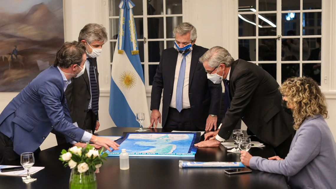 President Alberto Fernández studies maps with Daniel Filmus and other officials on the Day of the Affirmation of Argentine sovereignty over the Malvinas and other South Atlantic islands.