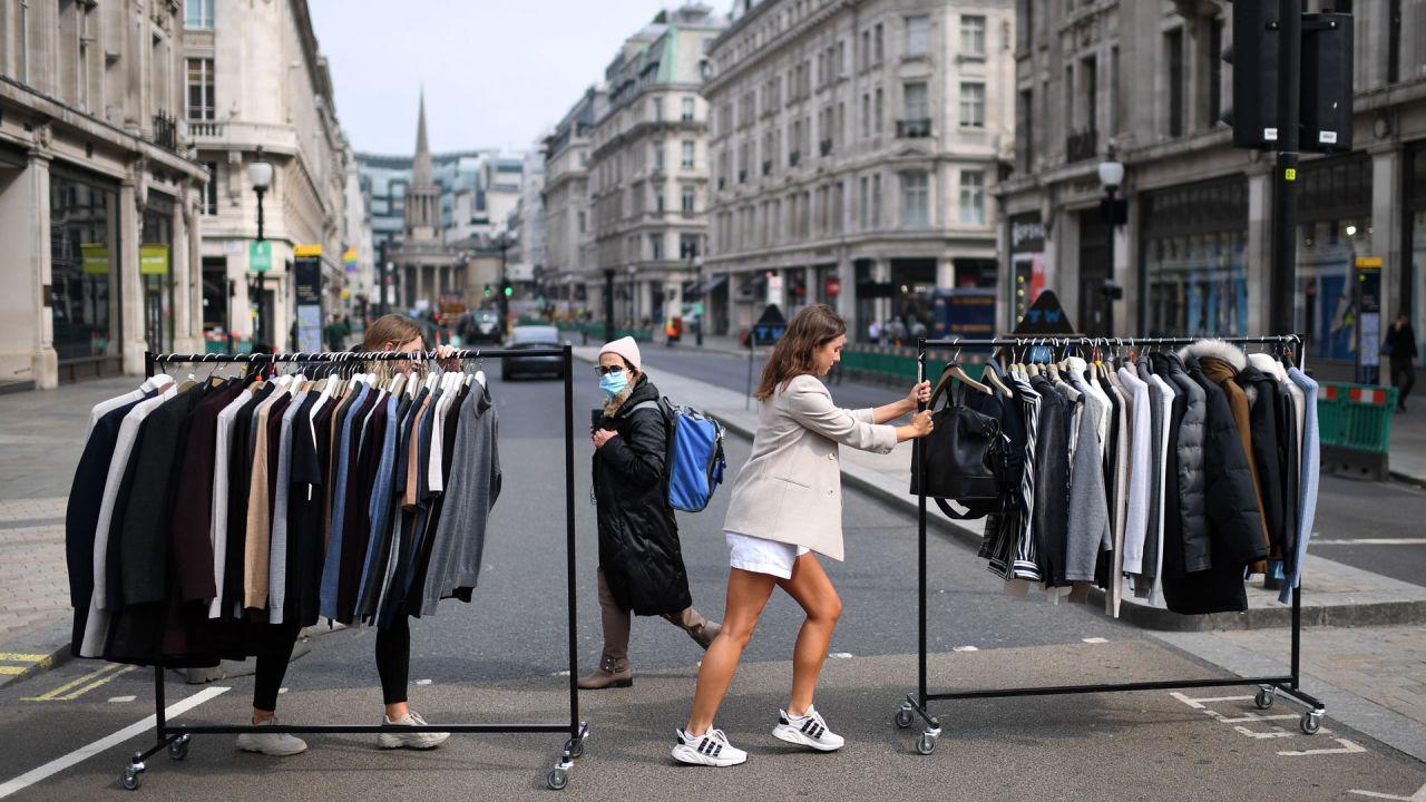 Los trabajadores minoristas mueven rieles de ropa entre las tiendas en Oxford Street en Londres, ya que los minoristas no esenciales, obligados a cerrar debido a la pandemia de COVID-19, se preparan para volver a abrir. | Foto:DANIEL LEAL-OLIVAS / AFP