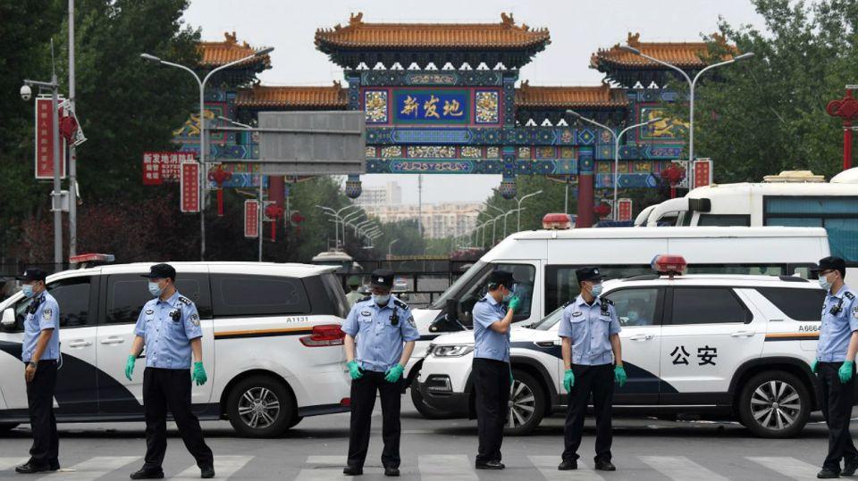 Escenas de este sábado 13 de junio, con el gigantesco mercado Xinfadi cerrado y cercado por la policía ante múltiples casos de coronavirus.
