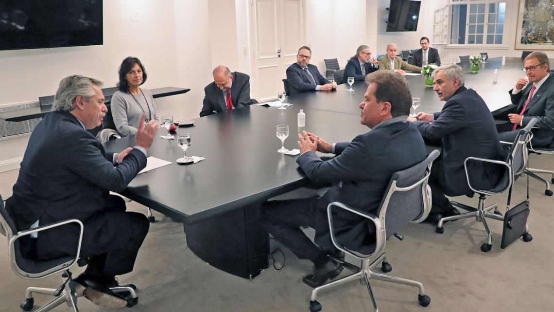 President Alberto Fernández meets with Vicentin's CEO Sergio Nardelli, accompanied by other officials.