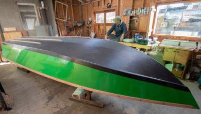 Construyó su bote para salir a pescar