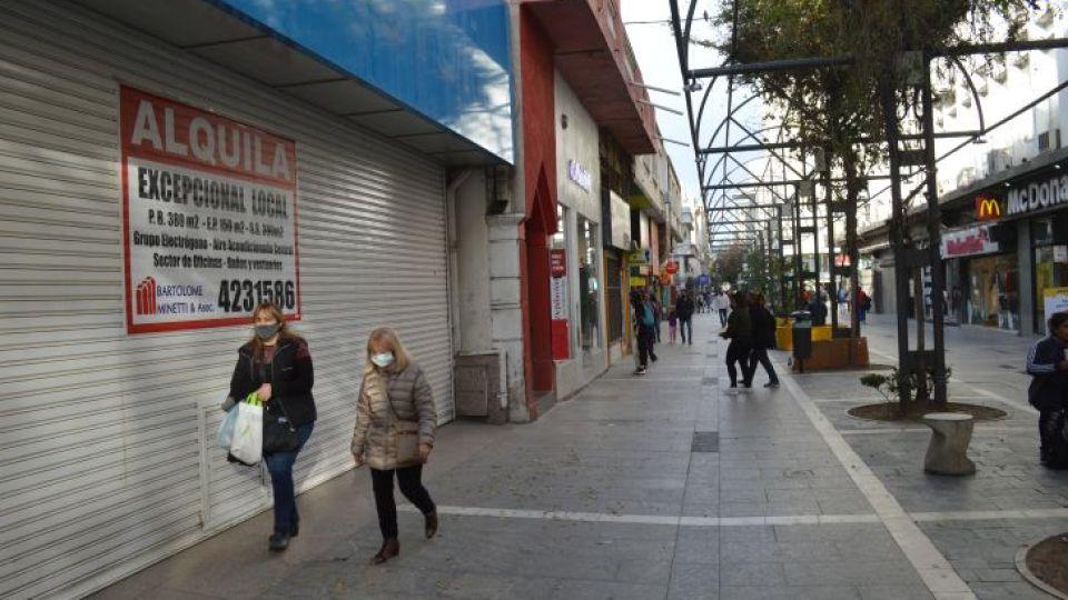 REALIDAD DIFUSA. A pesar de que se incrementó la circulación de personas en el centro, los comercios siguen con escasísimo nivel de actividad.