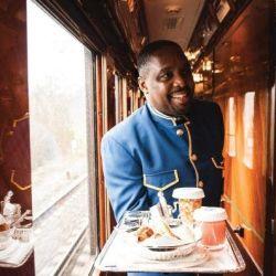 El personal, siempre impecablemente vestido, está acostumbrado a hacer malabares mientras sirven el five o'clock tea.