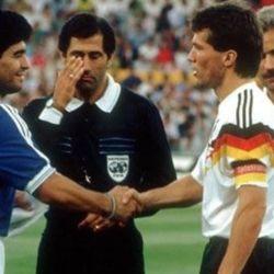 Matthäus y Maradona: saludo entre capitanes en la previa de la final de Italia 1990.