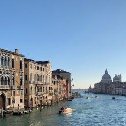 En Venecia, actualmente es posible escuchar el sonido de los propios pasos en sus callejuelas o el oleaje que golpea en los bordes de los canales en vez del bullicio de las masas de turistas.