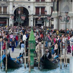 Esta postal ya no se ve en Venecia: callejuelas atiborradas de turistas pugnando por ver algo.