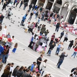 Turistas pasean por la Plaza de San Marcos en tiempos de la Bienal de Venecia de 2019.