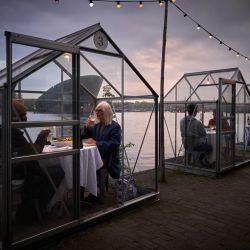 Así es la iniciativa de un restaurante holandés denominada Serres Séparées, para que puedan servir mesas con distanciamiento en tiempos de coronavirus.