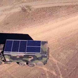 En el techo del vehículo hay equipados paneles solares (1.700W), que son suficientes para alimentar el sistema eléctrico.