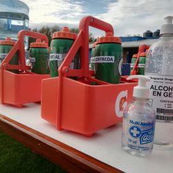 El alcohol en gel y las botellas etiquetadas, parte del protocolo para la vuelta al fútbol del otro lado del Río.