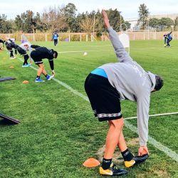 La práctica de Defensor Sporting respetó la distancia entre cada jugador.