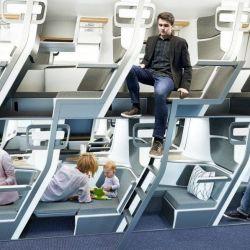 Inspirado en los colectivos de doble piso que tenemos en nuestro país, el diseñador Jeffrey O'Neill presentó un diseño de asientos para la clase turista de los aviones que se extienden como camas.